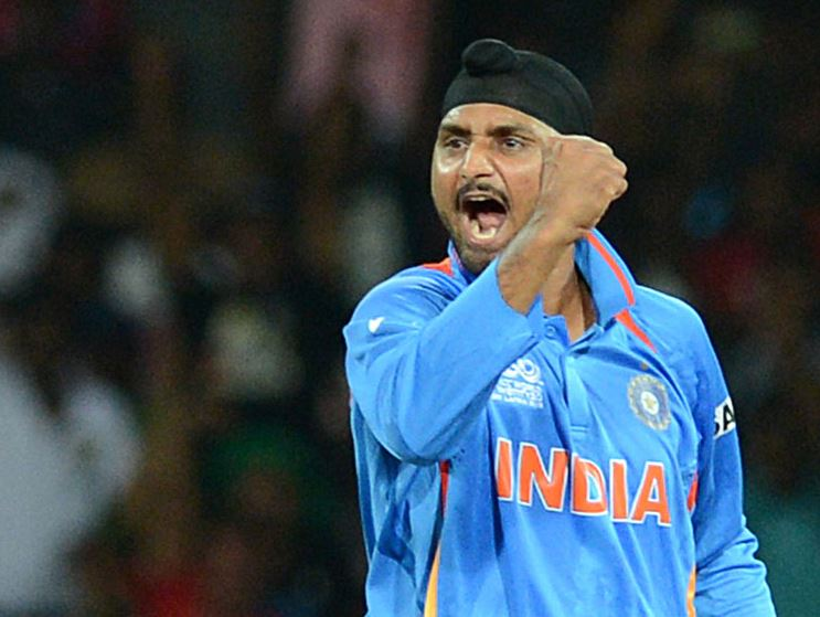 MS Dhoni lets bowlers play their own game whereas Rohit Sharma always thinks of wickets : Harbhajan Singh