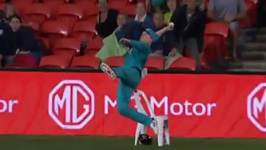 Astonishing fielding set by Max Bryant in BBL